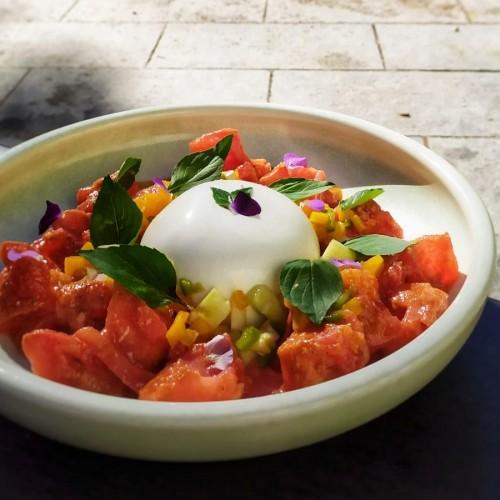 Burrata, pipirrana de caqui y tomate seco